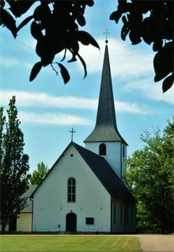 Nissaströms kyrka ligger alldeles intill. Perfekt för bröllop eller konfirmandläger.