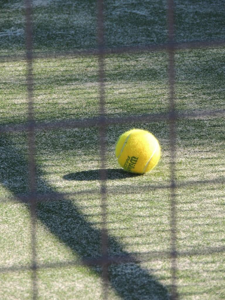 Passa på att spela en omgång tennis på tennisplanen.